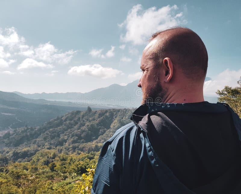Mężczyzna turysta podziwia pięknego widok górskiego w Bali fotografia stock