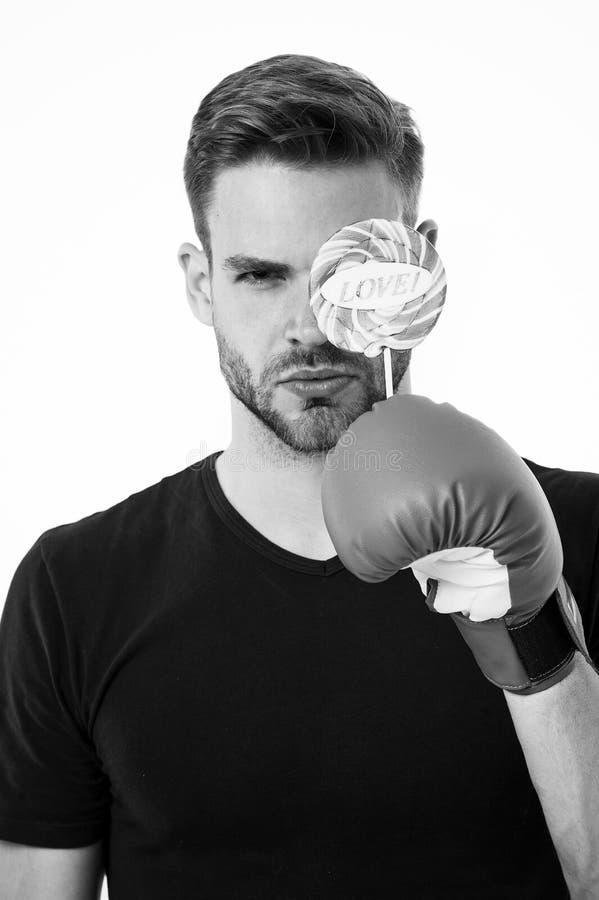 Mężczyzna twarzy chwyta poważnego lizaka bokserska rękawiczka Zdrowy jedzenia dieting Bokser miłości cukierków nabrania posiłek S fotografia stock