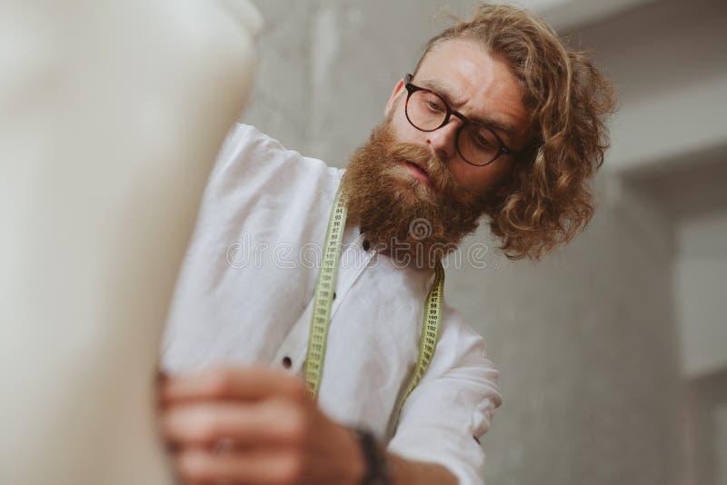 Mężczyzna tworzy odziewać w studiu fotografia royalty free