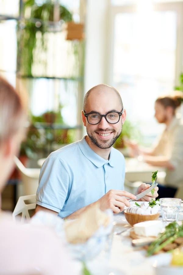 Mężczyzna uśmiecha się sałatki i robi fotografia stock