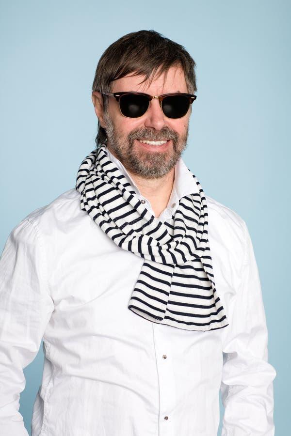 mężczyzna uśmiechnięty okularów przeciwsłoneczne target1609_0_ fotografia stock