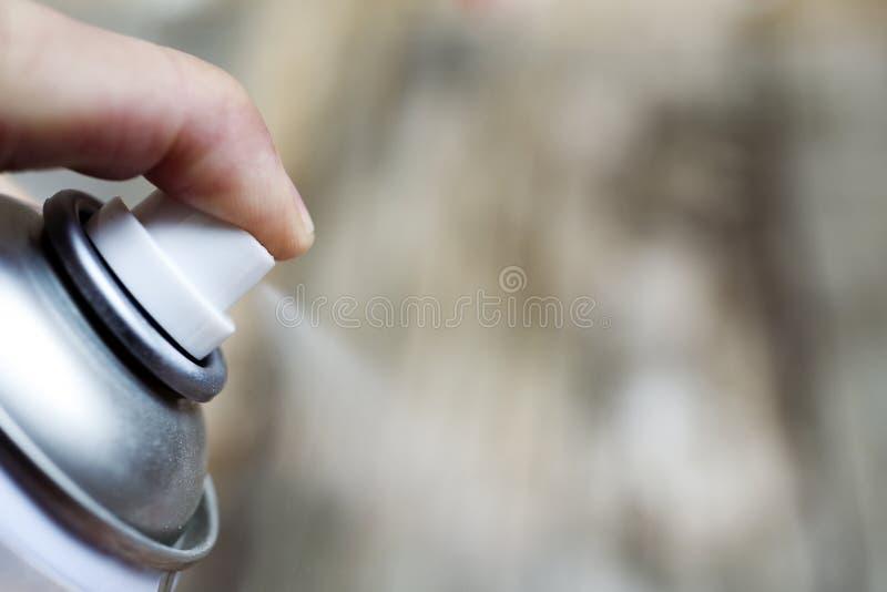 Mężczyzna używa aerosolową kiść fotografia royalty free