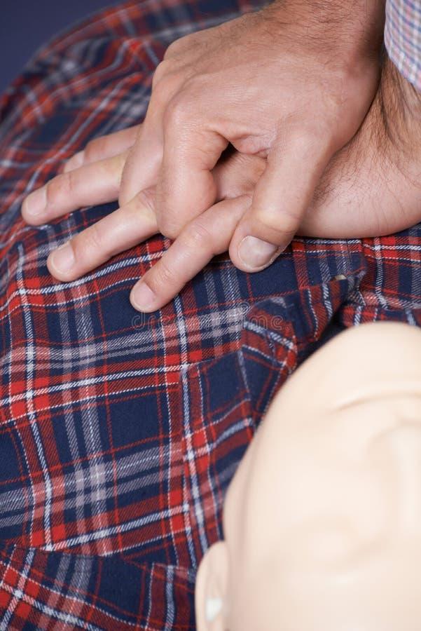 Mężczyzna Używa CPR technikę Na atrapie W pierwszej pomocy klasie zdjęcie stock