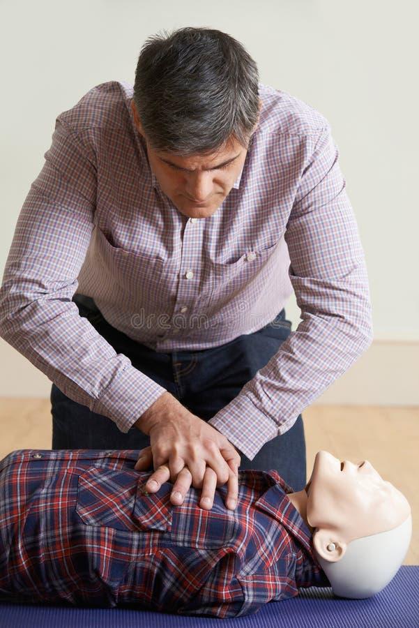 Mężczyzna Używa CPR technikę Na atrapie W pierwszej pomocy klasie fotografia royalty free