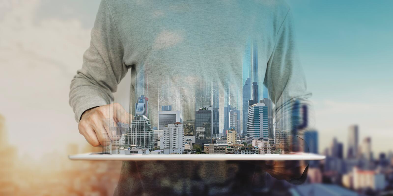 Mężczyzna używa cyfrową pastylkę i nowożytny budynku hologram, Nieruchomość biznes i budynek technologii pojęcie