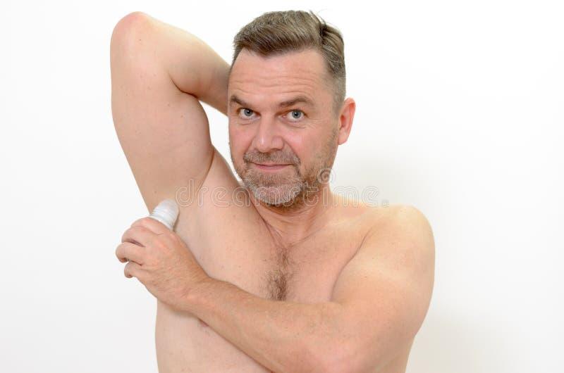 Mężczyzna używa dezodorant zdjęcie royalty free