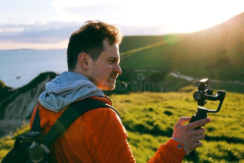 Mężczyzna używa DJI Osmo Mobilnego gimbal z iPhone 7 Plus obraz stock