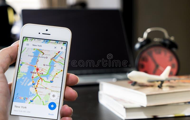 Mężczyzna używa Google mapy dla biznesowej podróży fotografia stock