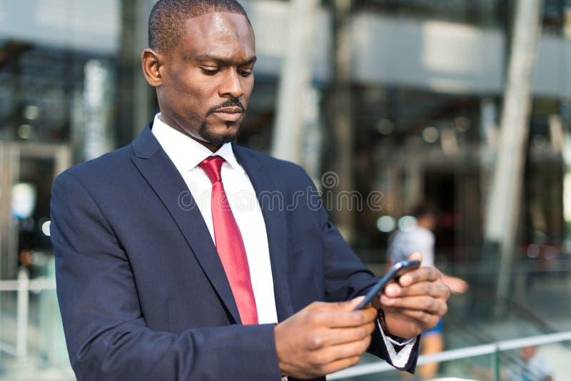 Mężczyzna używa jego telefon komórkowy obraz royalty free