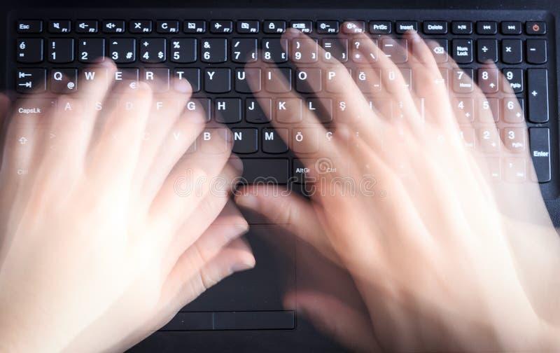 Mężczyzna używa klawiaturę na laptopie fotografia royalty free