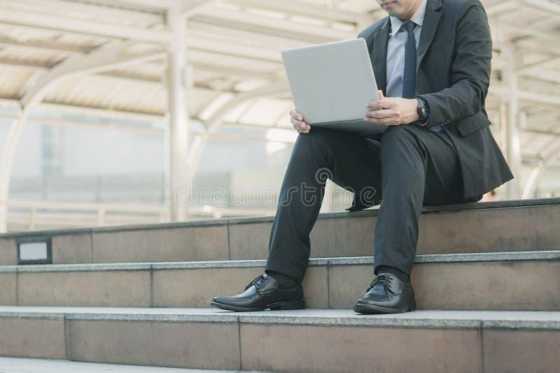 Mężczyzna używa laptop na schodku fotografia stock