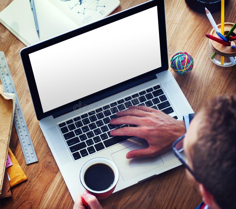 Mężczyzna Używa laptop w biurze obraz royalty free