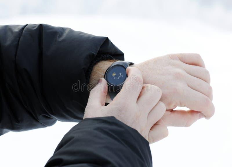 Mężczyzna używa mądrze zegarek zdjęcie stock