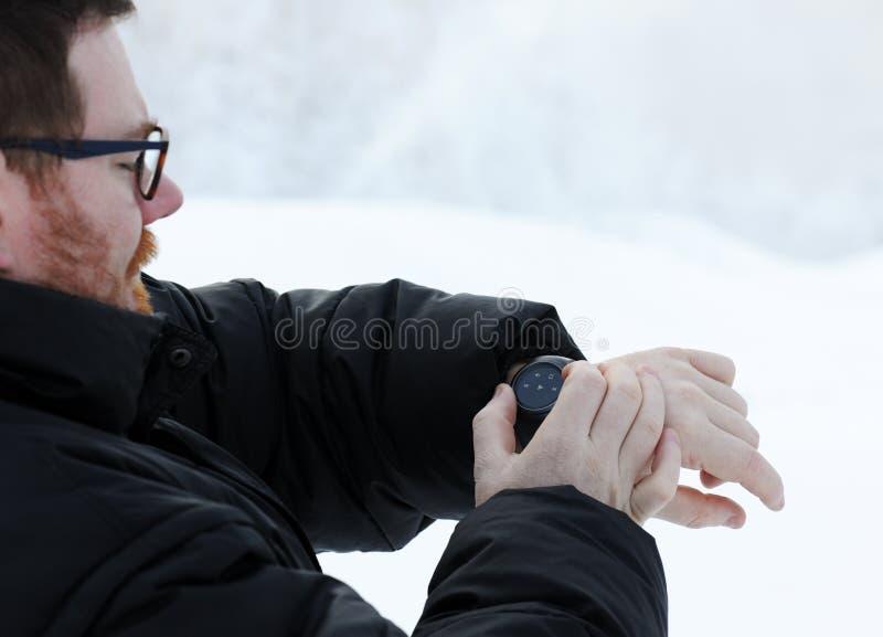 Mężczyzna używa mądrze zegarek obraz royalty free