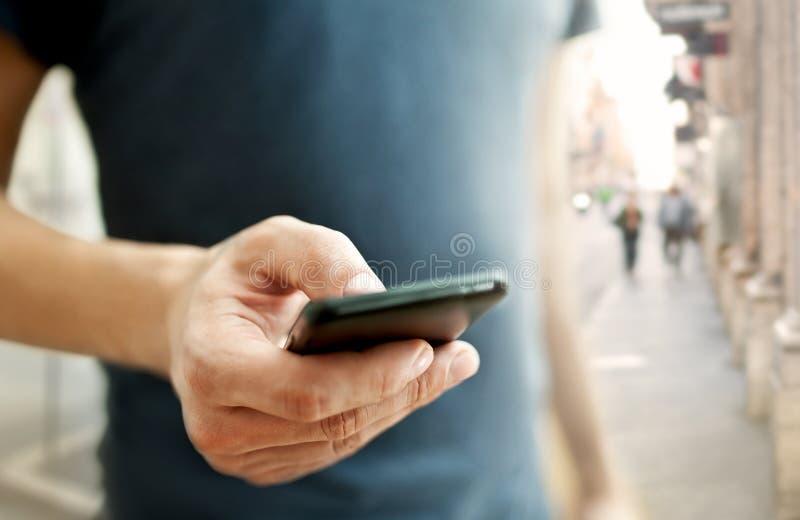 Mężczyzna używa mobilnego mądrze telefon zdjęcia royalty free