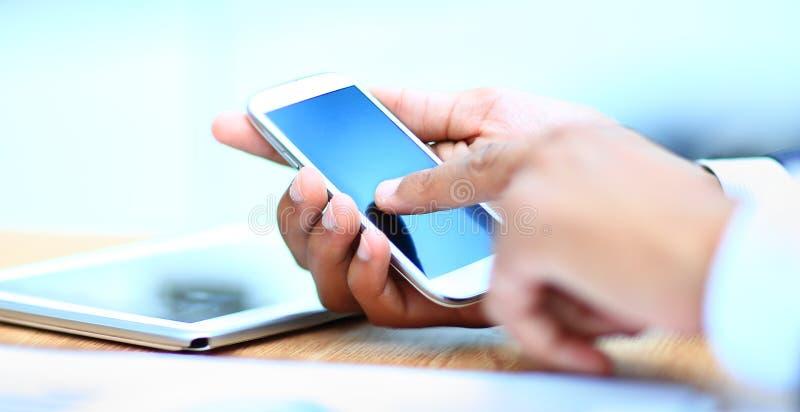 Mężczyzna używa mobilnego mądrze telefon zdjęcie royalty free