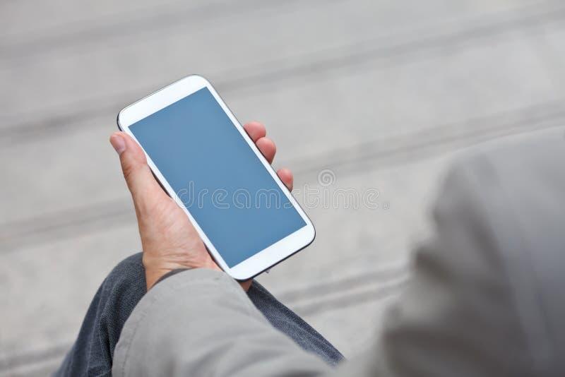 Mężczyzna używa mobilnego mądrze telefon fotografia royalty free