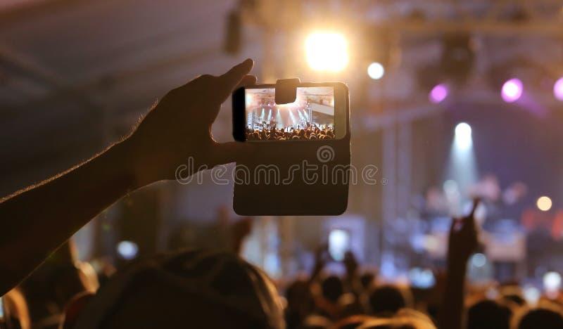 mężczyzna używa nowożytnego smartphone obraz stock