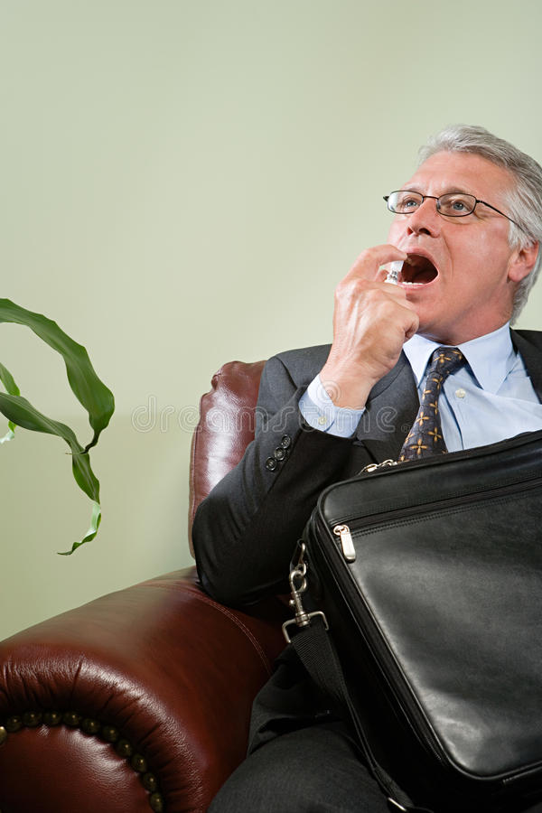 Mężczyzna używa oddechu freshener zdjęcia stock