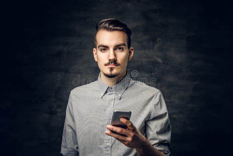Mężczyzna używa smartphone zdjęcia royalty free