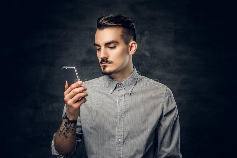 Mężczyzna używa smartphone zdjęcie royalty free