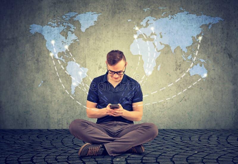 Mężczyzna używa smartphone dla komunikaci obraz stock