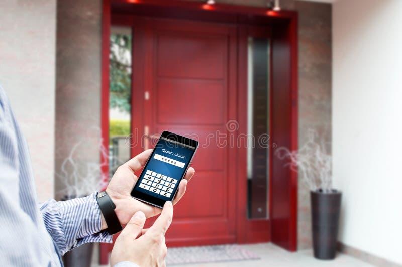 Mężczyzna używa smartphone otwierać drzwi zdjęcie royalty free