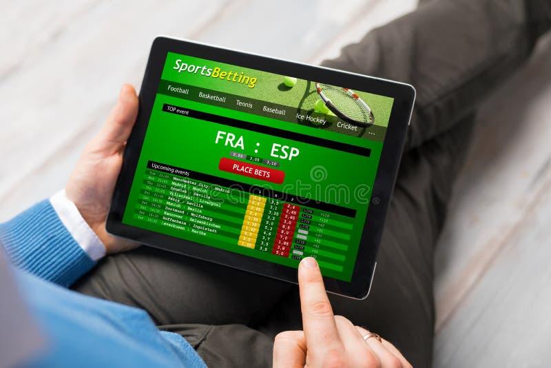 Mężczyzna używa sporty zakłada się app obrazy royalty free