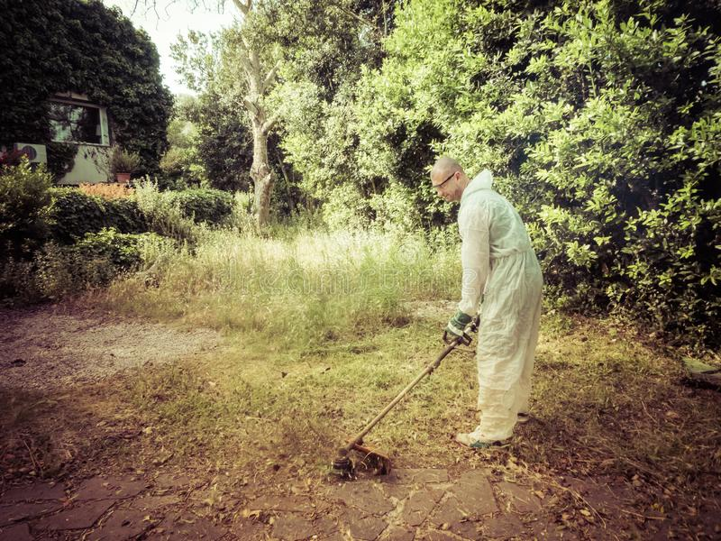 Mężczyzna używa szczotkarskiego krajacza zdjęcia royalty free
