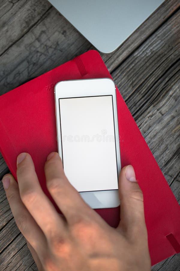 Mężczyzna używa telefon komórkowego na stole zdjęcie royalty free