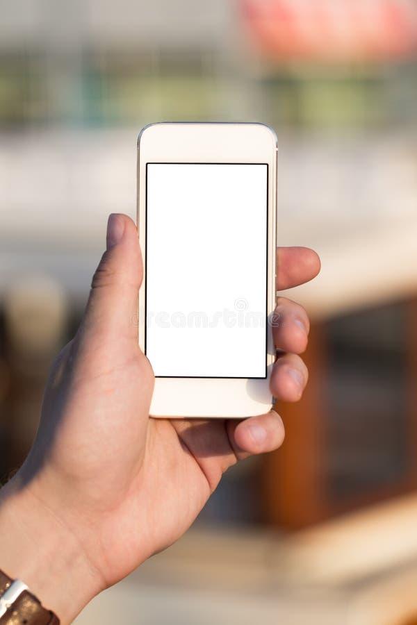 Mężczyzna używa telefon komórkowego w parku zdjęcia royalty free