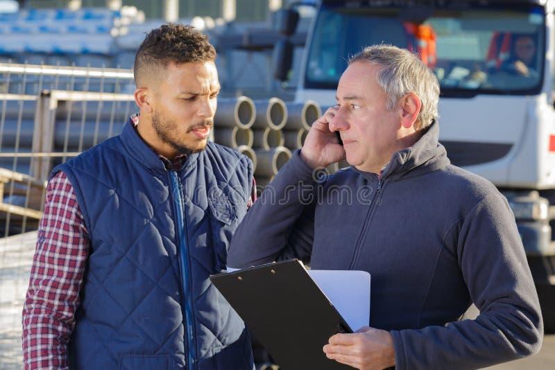 Mężczyzna używa telefon przy gaz naturalny fabryką obraz royalty free