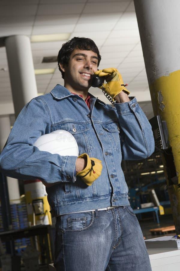 Mężczyzna Używa telefon W fabryce zdjęcia royalty free