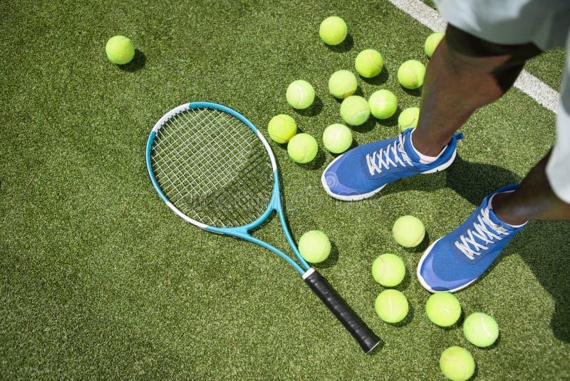 Mężczyzna używa tenisowego wyposażenie obraz royalty free