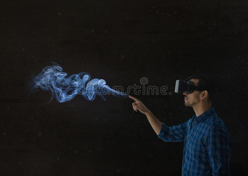 mężczyzna używa vr słuchawki w ciemnym miejscu zdjęcia royalty free
