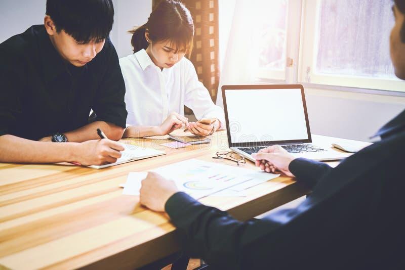 Mężczyzna używają pustego ekran komputer Na stole w biurze używa pomysł praca dokąd kobiety siedzą wpólnie obrazy royalty free