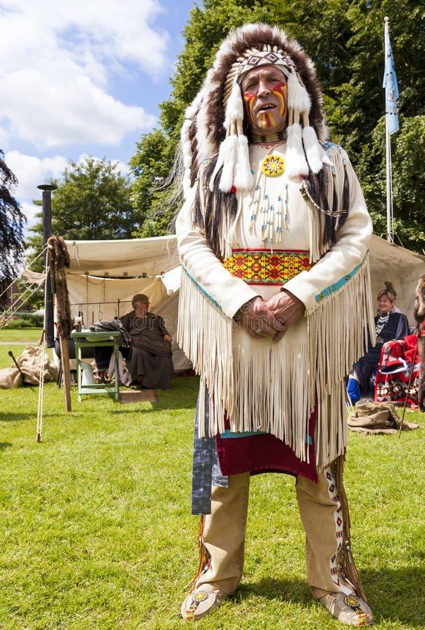 Mężczyzna ubierał jako rodowitego amerykanina wojownika Indiański szef fotografia royalty free
