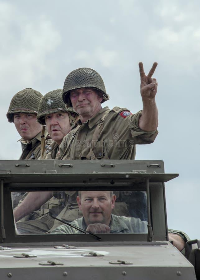 Mężczyzna ubierali w czasu wojny wojska usa żołnierzy jednolitej jazdie w milita zdjęcie royalty free