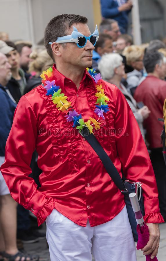 2019: Mężczyzna uczęszcza Gay Pride paradę także znać jako Christopher dnia Uliczny CSD w Monachium w czerwonej kurtce, Niemcy obraz stock