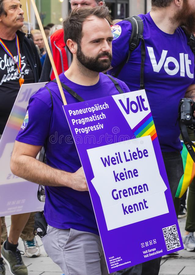 2019: Mężczyzna uczęszcza Gay Pride paradę także znać jako Christopher dnia Uliczny CSD w Monachium, Niemcy obraz royalty free