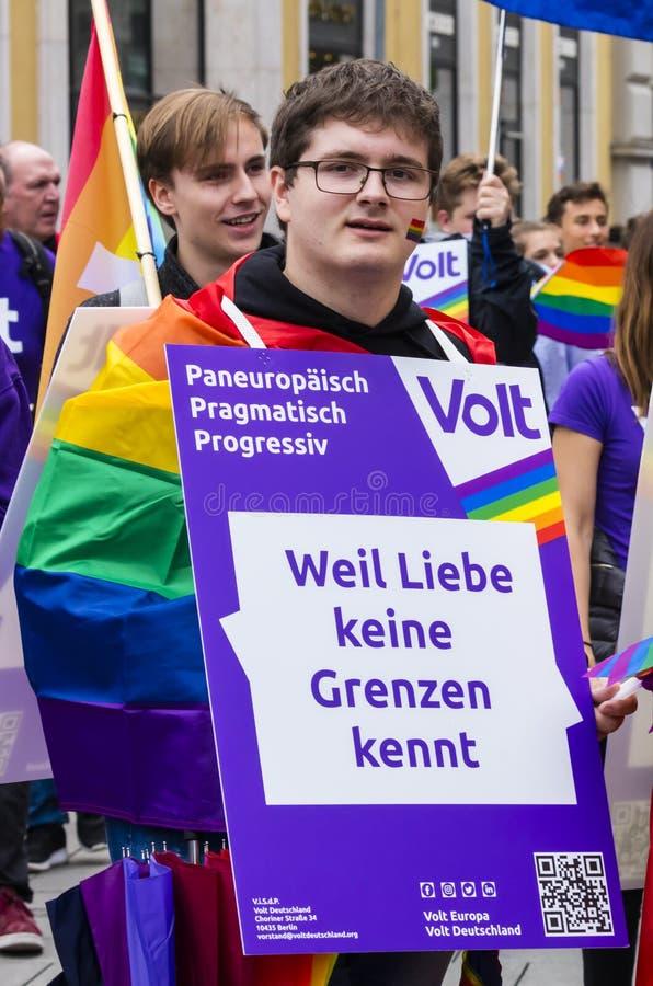 2019: Mężczyzna uczęszcza Gay Pride paradę także znać jako Christopher dnia Uliczny CSD w Monachium, Niemcy obrazy royalty free