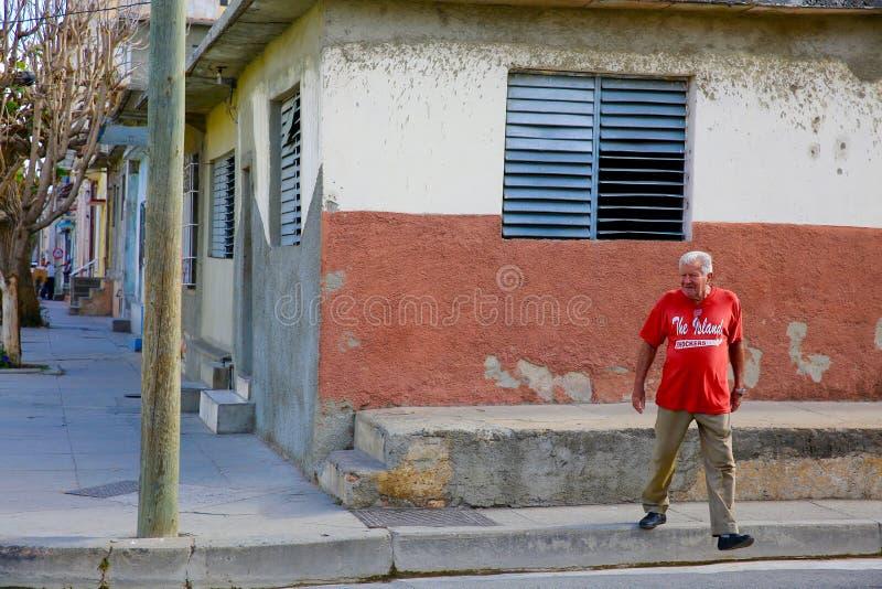 Mężczyzna ulicy skrzyżowanie, Cienfuegos, Kuba zdjęcia royalty free