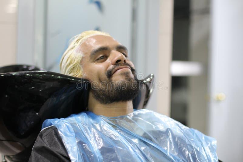 Mężczyzna umiera jego włosy przy salonem fotografia stock