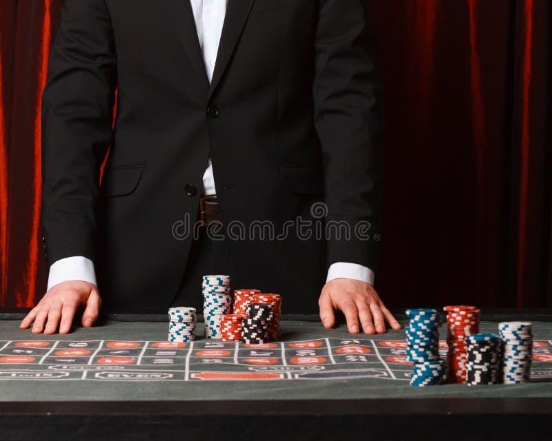 Mężczyzna umieszcza zakład przy kasynem zdjęcia stock