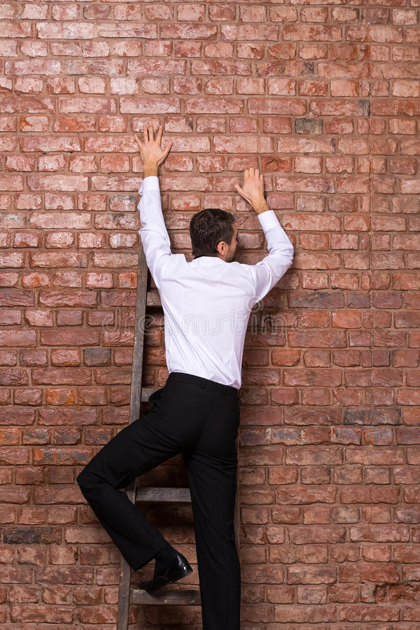 Mężczyzna up przeciw ściana z cegieł obraz stock