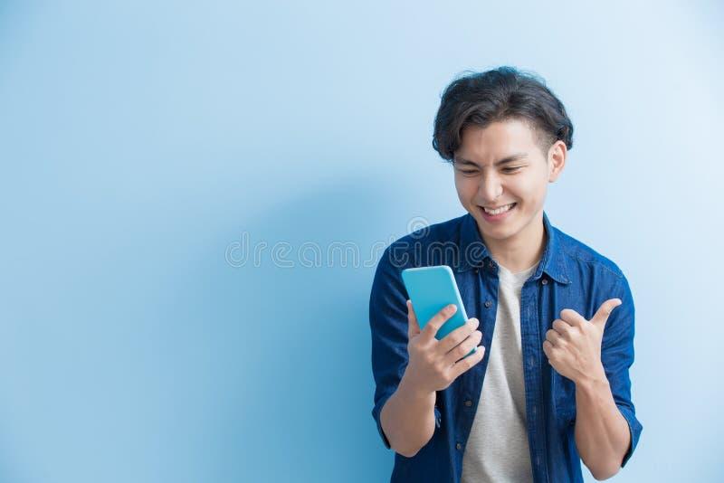Mężczyzna use studencki telefon obrazy stock