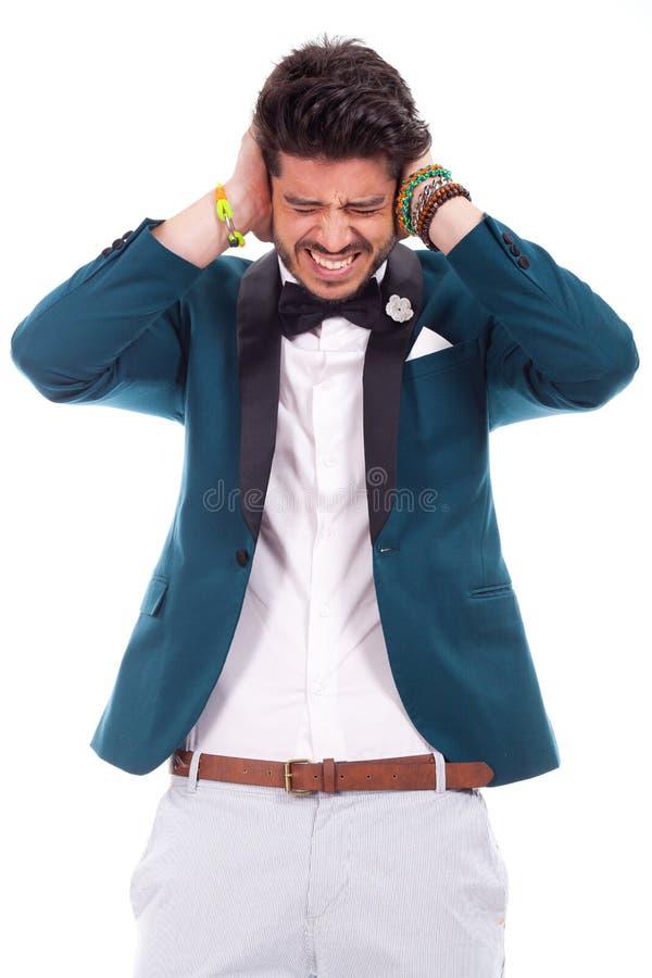 Mężczyzna utrzymuje jego ucho zamykający fotografia stock