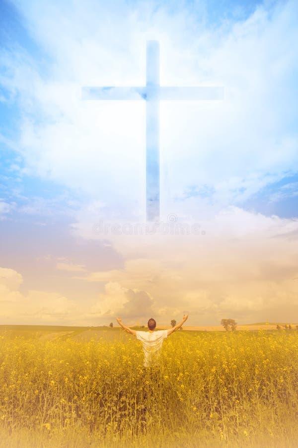 Mężczyzna uwielbia bóg Krzyż pojawiać się w niebie zdjęcia stock
