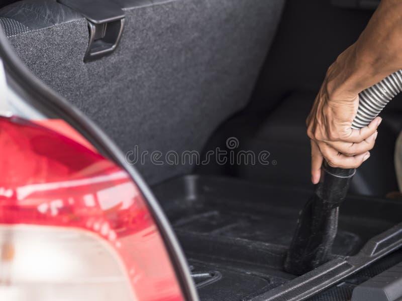 Mężczyzna vacuuming samochód zdjęcie royalty free