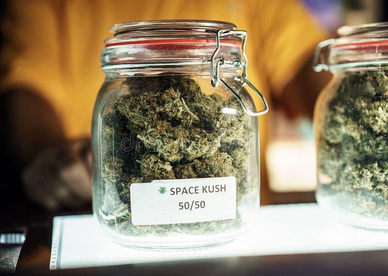 Mężczyzna Vending słoje marihuany fotografia royalty free